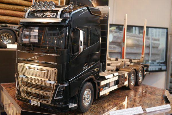 Volvo FH 16 Holztransporter von Tamiya